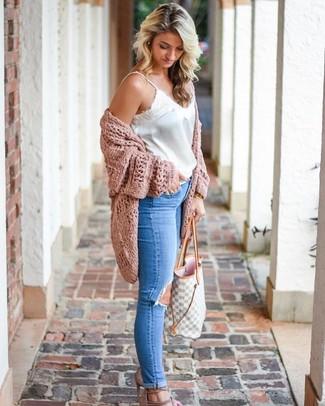 Comment porter: gilet en tricot rose, débardeur en satin blanc, jean skinny déchiré bleu, sandales à talons en daim beiges