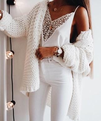 Comment porter: gilet en tricot blanc, débardeur en dentelle blanc, jean skinny blanc, pendentif doré