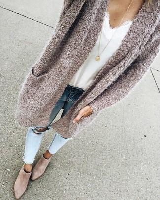 Comment porter un débardeur en soie blanc: Pense à porter un débardeur en soie blanc et un jean skinny déchiré bleu clair pour une tenue relax mais stylée. Une paire de bottines en daim beiges est une option parfait pour complèter cette tenue.