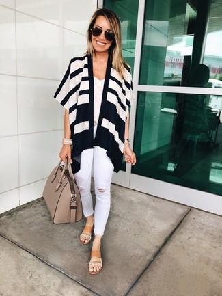 Comment porter: gilet à rayures horizontales blanc et noir, débardeur en dentelle blanc, jean skinny déchiré blanc, sandales plates en cuir marron clair