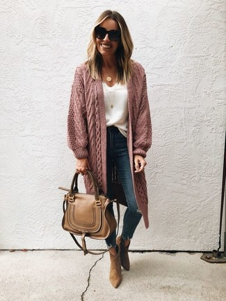 Comment porter: gilet en tricot rose, débardeur en dentelle blanc, jean skinny déchiré bleu marine, bottines en daim marron