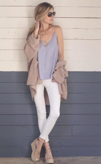 Comment porter un pendentif: Pense à harmoniser un gilet en tricot marron clair avec un pendentif pour une tenue relax mais stylée. Complète cet ensemble avec une paire de des sandales compensées en daim marron clair pour afficher ton expertise vestimentaire.