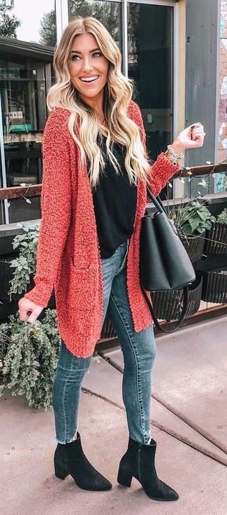 Comment porter: gilet texturé rouge, débardeur noir, jean skinny bleu, bottines en daim noires