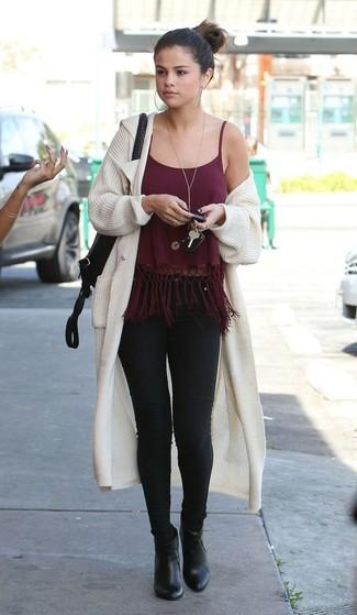 Comment porter: gilet en tricot beige, débardeur à franges bordeaux, jean skinny noir, bottines en cuir noires