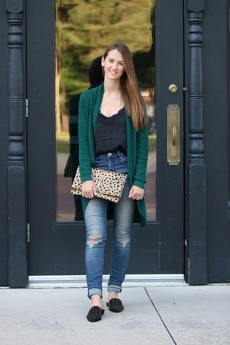 Comment porter: gilet vert foncé, débardeur en soie noir, jean skinny déchiré bleu, slippers en daim à clous noirs
