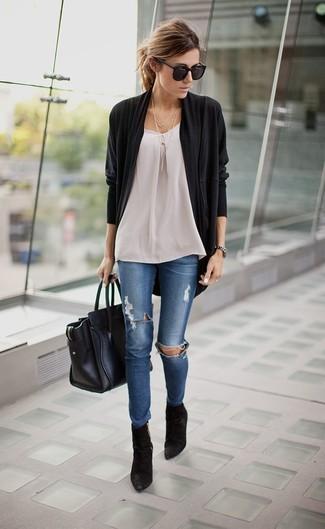Ce combo d'un gilet noir et d'un jean skinny déchiré bleu attirera l'attention pour toutes les bonnes raisons. D'une humeur créatrice? Assortis ta tenue avec une paire de des bottines en daim noires.