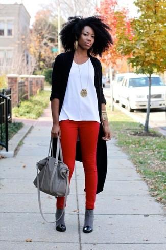 Comment porter: gilet noir, débardeur blanc, jean skinny rouge, bottines en cuir grises