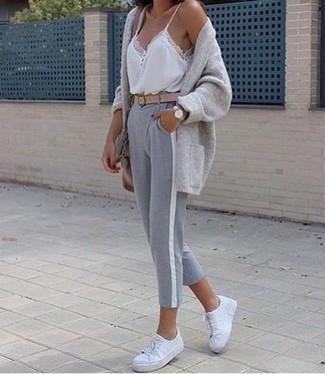 Pense à harmoniser un gilet gris avec un pantalon de jogging gris femmes Tommy Hilfiger pour un look confortable et décontracté. Cette tenue se complète parfaitement avec une paire de des baskets basses en cuir blanches.