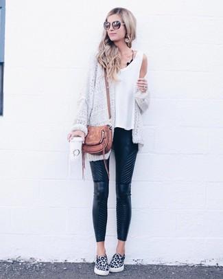 Comment porter: gilet en tricot blanc, débardeur blanc, pantalon slim en cuir matelassé noir, baskets à enfiler imprimées léopard blanches et noires