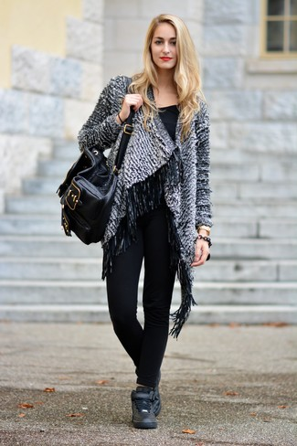 Comment porter des baskets montantes noires avec un pantalon slim noir: Opte pour un gilet bouclé gris avec un pantalon slim noir pour achever un style chic et glamour. Tu veux y aller doucement avec les chaussures? Choisis une paire de baskets montantes noires pour la journée.