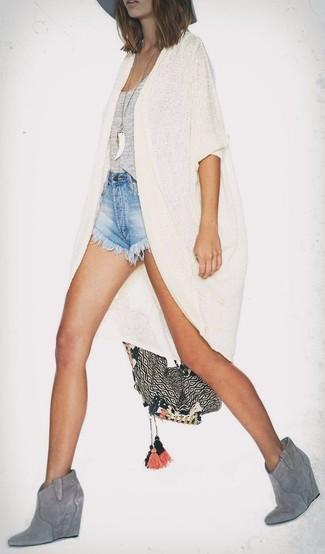 Comment porter: gilet beige, débardeur gris, short en denim bleu clair, bottines compensées en daim grises