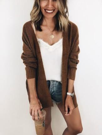Comment porter: gilet en tricot marron foncé, débardeur en soie blanc, short en denim bleu, pendentif doré