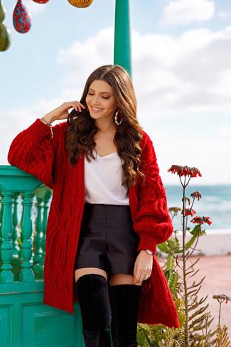 Comment porter: gilet en tricot rouge, débardeur en soie blanc, short en satin noir, cuissardes en daim noires