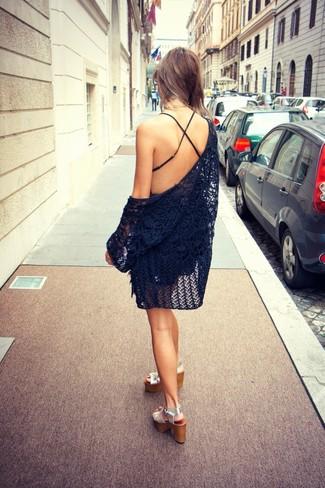 Comment porter: gilet en crochet noir, combishort noir, sandales à talons en cuir argentées