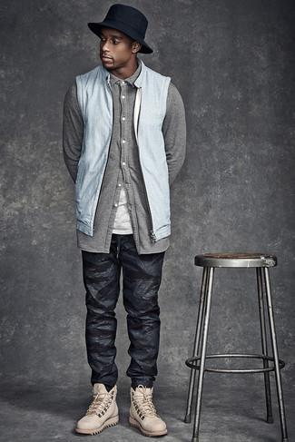Comment porter un chapeau en denim noir: Harmonise un gilet en jean bleu clair avec un chapeau en denim noir pour un look confortable et décontracté. Opte pour une paire de bottes de loisirs en cuir beiges pour afficher ton expertise vestimentaire.