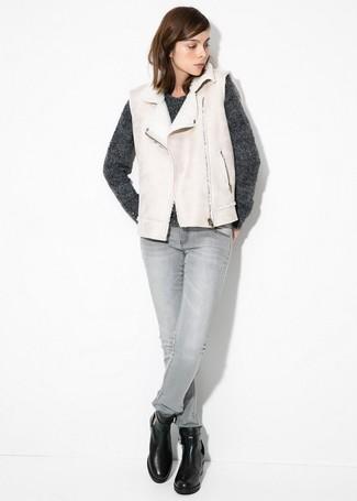 Un gilet en peau de mouton retournée et un jean skinny gris sont un choix de tenue idéale à avoir dans ton arsenal. D'une humeur audacieuse? Complète ta tenue avec une paire de des bottines en cuir noires.