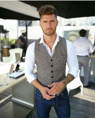 Comment porter: gilet en pied-de-poule blanc et noir, chemise de ville blanche, jean skinny bleu marine