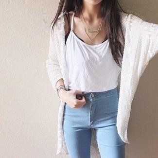Comment porter: gilet en tricot blanc, débardeur blanc, jean skinny bleu clair