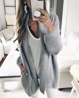 Comment porter: gilet en tricot gris, débardeur blanc, jean skinny blanc
