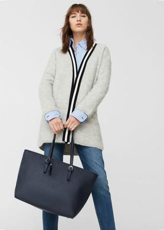 Comment porter: gilet gris, chemise de ville bleu clair, jean bleu marine, sac fourre-tout en cuir bleu marine