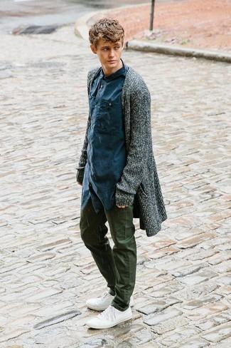 Comment porter: gilet gris foncé, chemise à manches longues bleu marine, pantalon chino olive, baskets basses en toile blanches