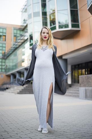 Comment porter: gilet gris foncé, robe longue fendue grise, baskets montantes blanches, collier orné argenté