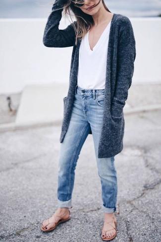 Comment porter un jean boyfriend bleu clair en été: Essaie d'associer un gilet gris foncé avec un jean boyfriend bleu clair pour une tenue idéale le week-end. Tu veux y aller doucement avec les chaussures? Opte pour une paire de des tongs en cuir beiges pour la journée. Une bonne idée de look pour cet été.