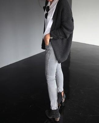 Essaie d'associer un gilet en tricot gris foncé avec un jean skinny gris pour une tenue idéale le week-end. D'une humeur créatrice? Assortis ta tenue avec une paire de des bottines en daim noires.