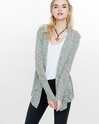 Pense à marier un gilet gris avec un pendentif argenté pour un look confortable et décontracté.