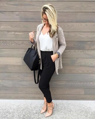 Comment porter: gilet en tricot gris, pantalon carotte noir, escarpins en cuir beiges, sac fourre-tout en cuir noir