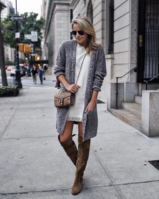 Comment porter: gilet en tricot gris, robe droite blanche, cuissardes en daim olive, sac bandoulière en daim marron