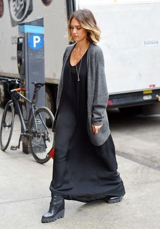 Comment porter: gilet gris, robe longue en soie noire, bottines compensées en cuir noires