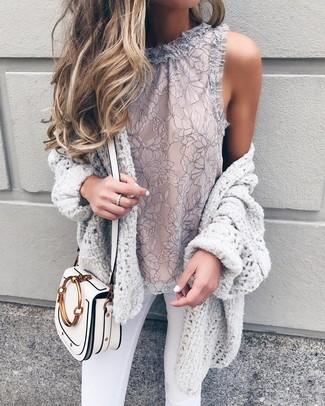 Comment porter: gilet en tricot gris, top sans manches en dentelle gris, jean skinny blanc, sac bandoulière en cuir blanc