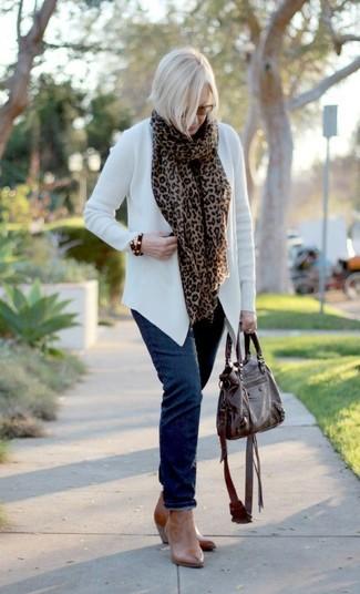 Comment porter: gilet blanc, jean bleu marine, bottines en cuir marron clair, sac fourre-tout en cuir marron foncé