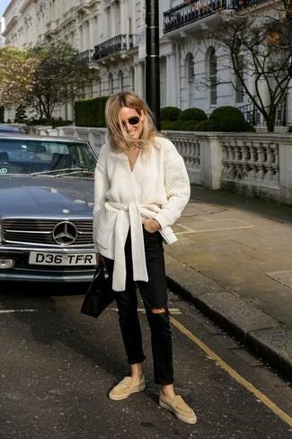 Tendances mode femmes: Associe un gilet blanc avec un jean déchiré noir pour une tenue relax mais stylée. Jouez la carte classique pour les chaussures et fais d'une paire de des slippers en daim marron clair ton choix de souliers.