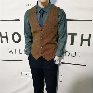 Comment porter: gilet marron, chemise à manches longues vert foncé, pantalon chino noir, cravate bleu marine