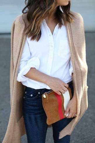 Comment porter: gilet marron clair, chemise de ville blanche, jean skinny bleu marine, pochette en daim imprimée tabac