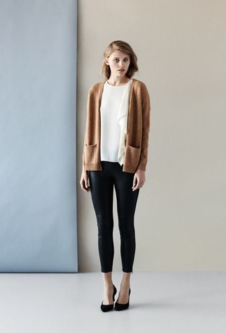 Comment porter: gilet marron clair, chemisier à manches courtes à volants blanc, pantalon slim en cuir noir, escarpins en daim noirs