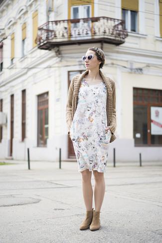 Comment porter: gilet en tricot marron clair, robe décontractée imprimée blanche, bottines en daim marron clair, lunettes de soleil noires et blanches
