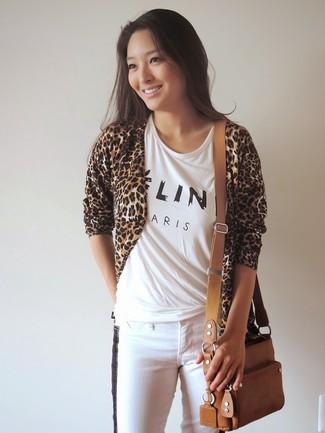 Comment porter un jean skinny blanc en automne: Opte pour un gilet imprimé léopard marron clair avec un jean skinny blanc pour achever un style chic et glamour. Nous trouvons que pour pour les journées automnales cette tenue est sublime.