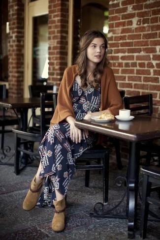 Comment porter: gilet marron, robe longue géométrique bleu marine, bottines en daim marron clair