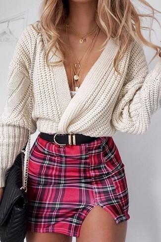 Comment porter: gilet en tricot beige, minijupe écossaise rouge, sac bandoulière en cuir matelassé noir, ceinture en cuir noire