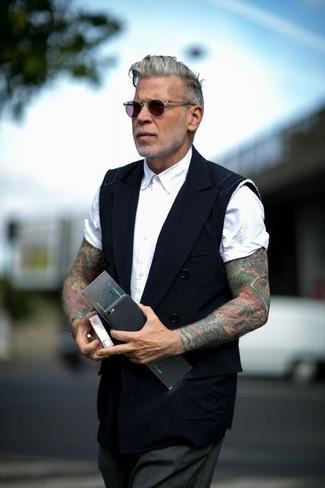 Comment porter: gilet noir, chemise à manches courtes blanche, pantalon de costume gris foncé, lunettes de soleil violettes