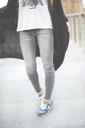 Comment porter un débardeur blanc: Marie un débardeur blanc avec un jean skinny gris pour un look confortable et décontracté. Tu veux y aller doucement avec les chaussures? Opte pour une paire de des chaussures de sport bleues pour la journée.