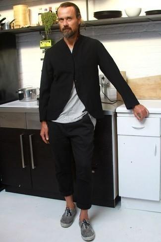 Comment porter un t-shirt à col rond gris: Pour créer une tenue idéale pour un déjeuner entre amis le week-end, opte pour un t-shirt à col rond gris avec un pantalon chino noir. Assortis ce look avec une paire de des baskets basses en toile grises.