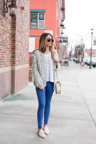 Comment porter: gilet duveteux blanc, pull à col en v blanc, jean skinny bleu, slippers en cuir blancs