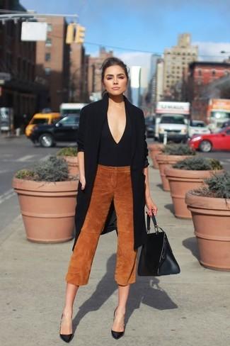 Comment porter: gilet noir, pull à col en v noir, jupe-culotte en daim tabac, escarpins en cuir noirs