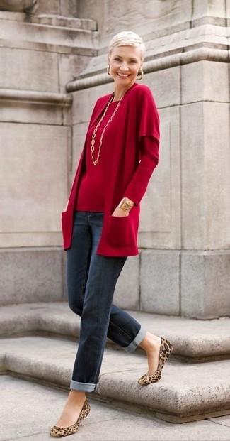 Comment porter des ballerines en daim imprimées léopard marron clair: Pense à opter pour un gilet rouge et un jean bleu marine pour une tenue raffinée mais idéale le week-end. Cet ensemble est parfait avec une paire de des ballerines en daim imprimées léopard marron clair.