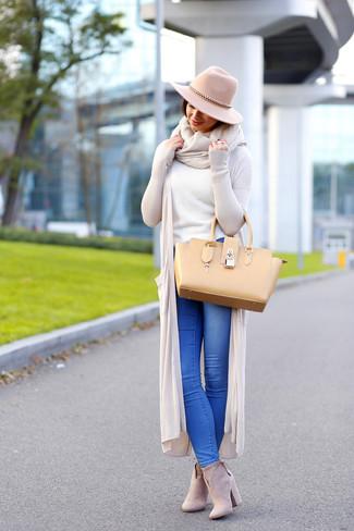 Comment porter: gilet beige, pull à col rond blanc, jean bleu, bottines en daim beiges