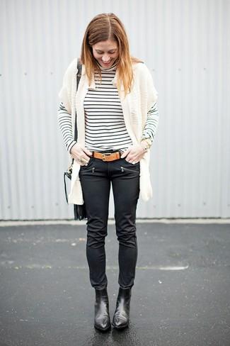 Comment porter: gilet en tricot blanc, pull à col roulé à rayures horizontales blanc et noir, jean skinny en cuir noir, bottines en cuir noires